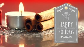 Le feste felici mandano un sms a con il regalo, acceso candele e bastoni di cannella stock footage