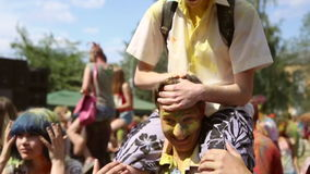 Le festival de couleurs, les gens jettent des peintures banque de vidéos