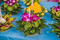 Le festival de Loy Krathong, les gens achètent les fleurs et la bougie pour s'allumer et flotter sur l'eau pour célébrer le festi images libres de droits