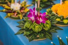 Le festival de Loy Krathong, les gens achètent les fleurs et la bougie pour s'allumer et flotter sur l'eau pour célébrer le festi photographie stock libre de droits