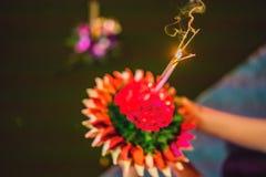 Le festival de Loy Krathong, les gens achètent les fleurs et la bougie pour s'allumer et flotter sur l'eau pour célébrer le festi photos stock