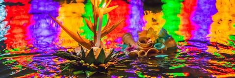 Le festival de Loy Krathong, les gens achètent les fleurs et la bougie pour s'allumer et flotter sur l'eau pour célébrer le festi photo stock