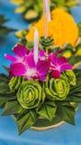 Le festival de Loy Krathong, les gens achètent les fleurs et la bougie pour s'allumer et flotter sur l'eau pour célébrer le festi photo libre de droits