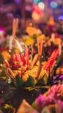 Le festival de Loy Krathong, les gens achètent les fleurs et la bougie pour s'allumer et flotter sur l'eau pour célébrer le festi image libre de droits