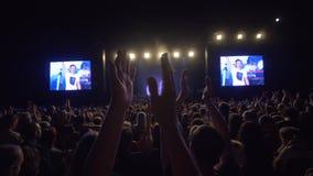 Le festival de roche, beaucoup de fans sautent au rythme et les applaudissements remettent des têtes tout en appréciant le concer banque de vidéos