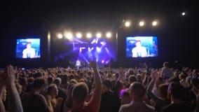 Le festival de roche, beaucoup de personnes apprécient et battent sur le concert de musique en direct contre l'étape brillamment  banque de vidéos