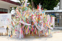 Le festival de Songkran est célébré dans un jour de nouvelle année traditionnel, moines vient pour décorer tung i Images stock