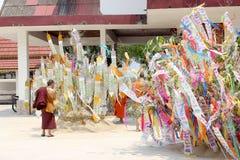 Le festival de Songkran est célébré dans un jour de nouvelle année traditionnel, moines vient pour décorer tung i Photographie stock
