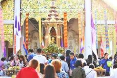 Le festival Sai Khan Dok, tradition de pilier d'Inthakin de fleur offrant au pilier est un festival a tenu chaque ann?e en Chiang images libres de droits