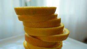 Le fette arancio sembrano deliziose Mangi bene stock footage