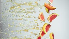 Le fette arancio volano con succo d'arancia archivi video