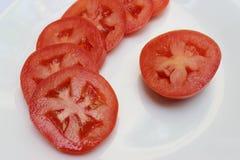 Le fette dei pomodori hanno messo nel cerchio nell'alta definizione Fotografia Stock