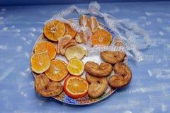 Le fette del mandarino, biscotti, cuori, arco 5 del pizzo Immagine Stock