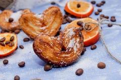 Le fette del mandarino, biscotti, cuori, arco 8 del pizzo Fotografia Stock Libera da Diritti