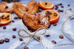 Le fette del mandarino, biscotti, cuori, arco 9 del pizzo Fotografie Stock Libere da Diritti