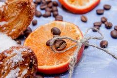 Le fette del mandarino, biscotti, cuori, arco 10 del pizzo Fotografie Stock Libere da Diritti