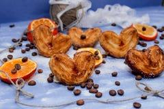 Le fette del mandarino, biscotti, cuori, arco 12 del pizzo Fotografie Stock Libere da Diritti