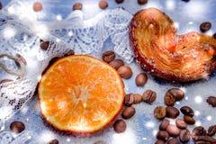 Le fette del mandarino, biscotti, cuori, arco 21 del pizzo Fotografie Stock
