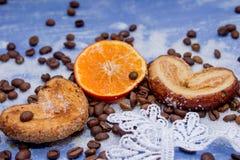 Le fette del mandarino, biscotti, cuori, arco 22 del pizzo Fotografia Stock Libera da Diritti