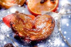 Le fette del mandarino, biscotti, cuori, arco 24 del pizzo Fotografia Stock Libera da Diritti