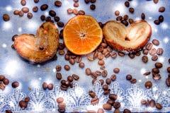 Le fette del mandarino, biscotti, cuori, arco 26 del pizzo Fotografia Stock