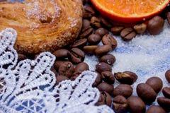Le fette del mandarino, biscotti, cuori, arco 28 del pizzo Fotografie Stock Libere da Diritti