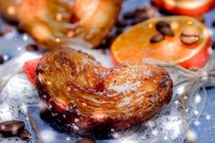 Le fette del mandarino, biscotti, cuori, arco 29 del pizzo Immagini Stock Libere da Diritti