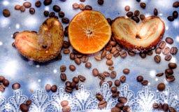 Le fette del mandarino, biscotti, cuori, arco 35 del pizzo Fotografie Stock