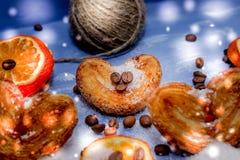 Le fette del mandarino, biscotti, cuori, arco 38 del pizzo Immagini Stock