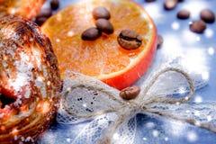 Le fette del mandarino, biscotti, cuori, arco 39 del pizzo Fotografia Stock