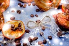 Le fette del mandarino, biscotti, cuori, arco 42 del pizzo Fotografia Stock