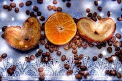 Le fette del mandarino, biscotti, cuori, arco 44 del pizzo Fotografia Stock