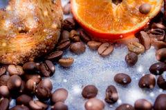 Le fette del mandarino, biscotti, cuori, arco 45 del pizzo Immagine Stock