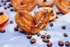 Le fette del mandarino, biscotti, cuori, pizzo bow3 Fotografie Stock Libere da Diritti