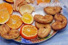 Le fette del mandarino, biscotti, cuori, pizzo bow7 Fotografia Stock