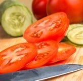Le fette del pomodoro rappresenta i pomodori e le insalate buoni immagine stock
