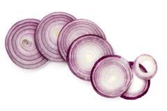 Le fette della cipolla rossa hanno isolato la vista superiore Immagine Stock