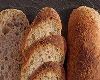 Le fette di baguette alpine casalinghe fresche sono servito sul nero Immagine Stock Libera da Diritti