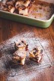 Le fette di ciliegia agglutinano su una covata di raffreddamento con il dolce in una pentola in un fondo Fotografia Stock