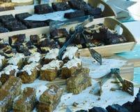 Le fette di dolce visualizzate su una stalla del mercato presentano A Immagine Stock