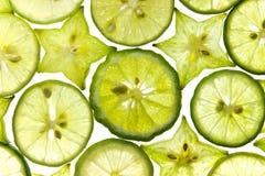 Le fette di frutta star con il limone su bianco Fotografie Stock
