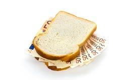 Le fette di pane con le euro fatture intramezzano il riempimento fotografia stock libera da diritti