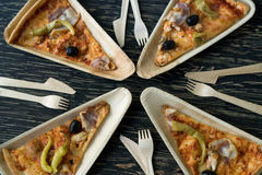 Le fette di pizza è su un piatto di legno Immagini Stock