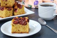 Le fette di torta della prugna su un piatto, sono situate su un fondo scuro immagine stock libera da diritti