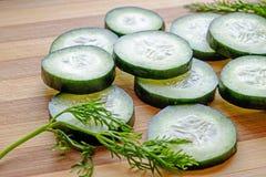 Le fette fresche del cetriolo con aneto abbelliscono il raccolto laterale Fotografia Stock