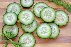 Le fette fresche del cetriolo con aneto abbelliscono il raccolto superiore Fotografia Stock Libera da Diritti