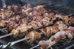 Le fette succose di carne sugli spiedi preparano sul kebab del fuoco Fotografia Stock
