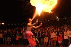 Le feu agissant pendant la nuit Images stock