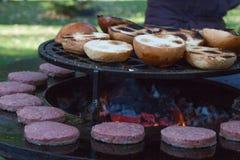 Le feu avec des charbons de bois Bois brûlant Macro Flammes vivantes avec de la fumée Bois avec la flamme pour le barbecue et le  images stock