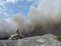 Le feu avec des roches photographie stock